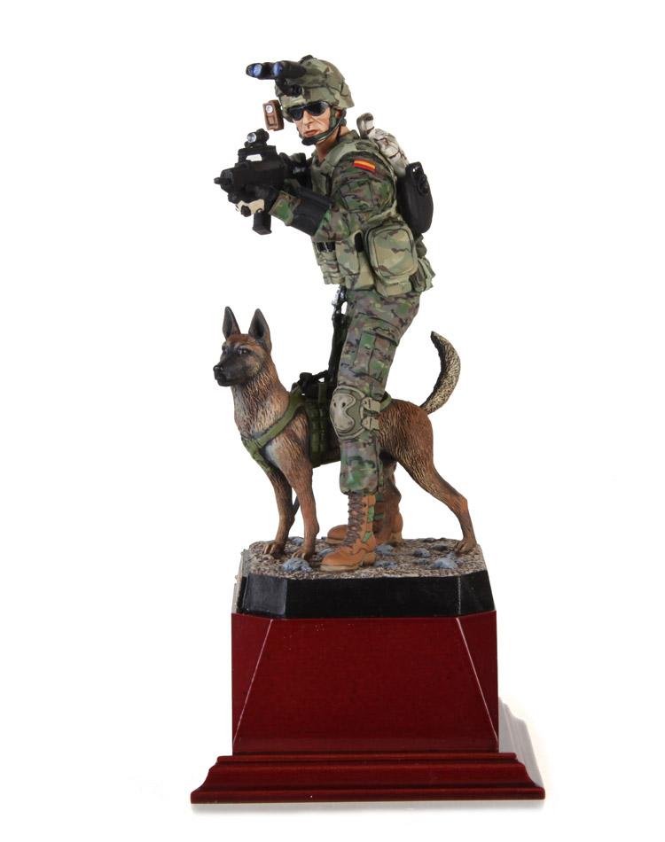 Operador del Grupo de Intervención Canino del Ejército